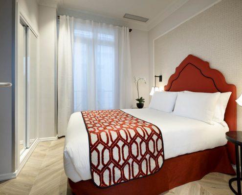 Cabezal tacheado hotel Regina