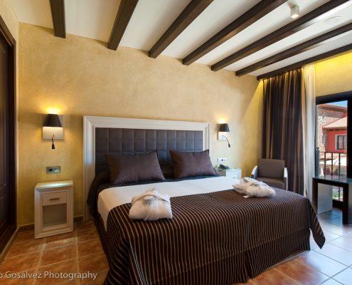 Cortinas, plaids, cojines y canapes habitación hotel